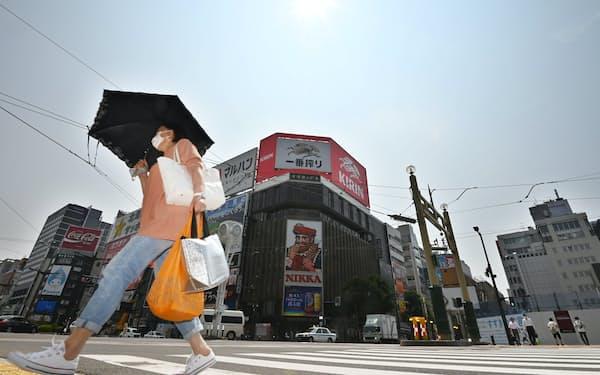 強い日差しが照りつける札幌・すすきのの交差点。気象庁の天気予報によると札幌市内は30度を超える真夏日になりそうだ(21日午前)