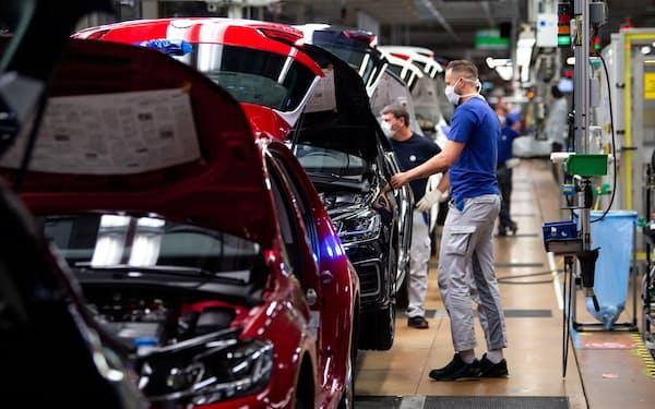 欧州では自動車メーカーによる環境技術の導入を巡っても独禁当局の厳しい目が注がれる(ドイツ国内のフォルクスワーゲンの工場)=ロイター