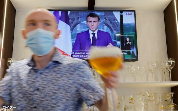 マクロン仏大統領は飲食店利用にワクチン証明書の提示を義務付けると発表した(7月12日、仏北部)=ロイター