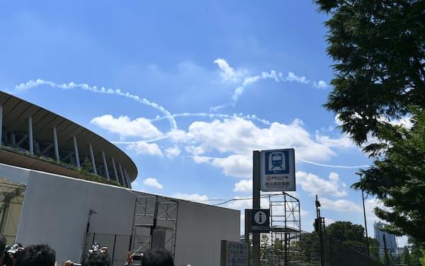 東京五輪開会式の予行演習で「ブルーインパルス」が都心上空に白い五輪を描いた(21日午後、東京都新宿区)