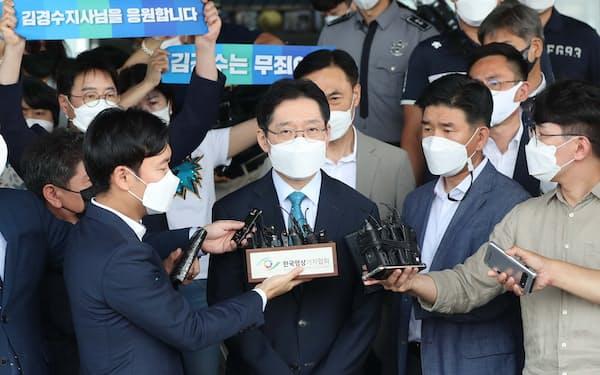 21日の大法院判決後、記者団に囲まれる金慶洙氏=聯合