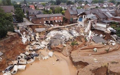 ドイツ西部を覆った動きの遅い低気圧による豪雨は、壊滅的な被害をもたらし、多くの命を奪った。地域全体で泥流が家屋を押しつぶし、下水管がむき出しになった。(Photograph by David Young, picture alliance/Getty Images)