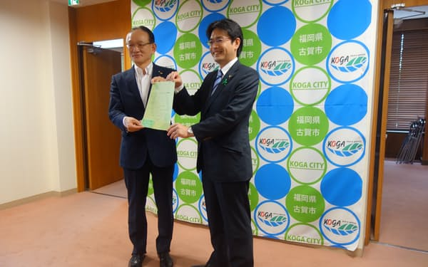 遠賀信用金庫の岡部理事長㊧が古賀市の田辺市長㊨を訪問して取り組みを説明した