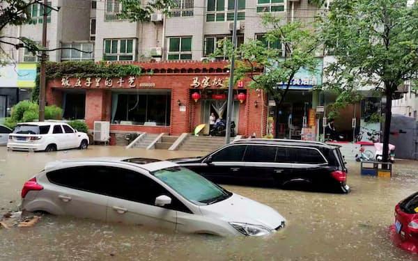 21日、大雨で冠水した鄭州市の道路=共同