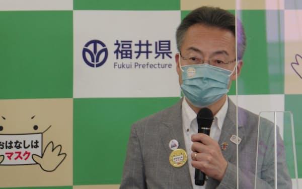 定例記者会見で話す福井県の杉本達治知事(21日、福井県庁)