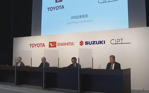 商用車分野の協業を発表するトヨタの豊田社長(左端)ら