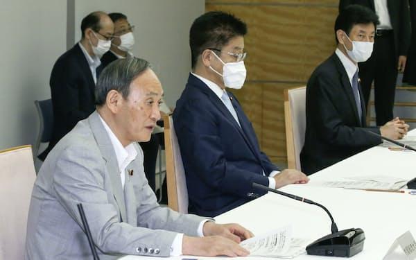 菅首相(手前)=共同