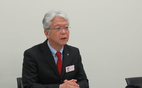 記者会見する栄社長(21日、東証)