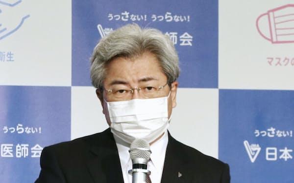 記者会見する日本医師会の中川俊男会長(21日午後、東京都文京区)=共同