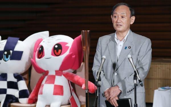 東京五輪の開幕を前に報道陣の質問に答える菅首相(21日、首相官邸)