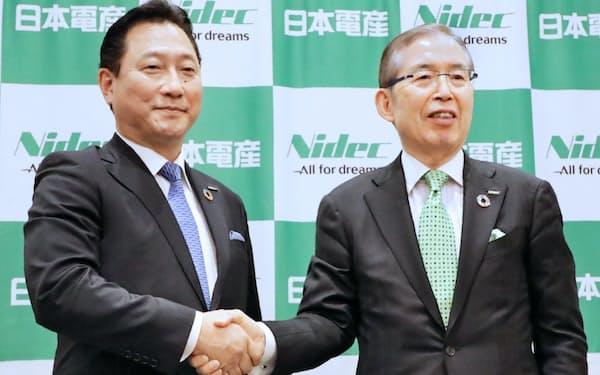 日本電産の関社長(左)と永守会長(20年2月に京都市内で開いた社長交代の記者会見で)