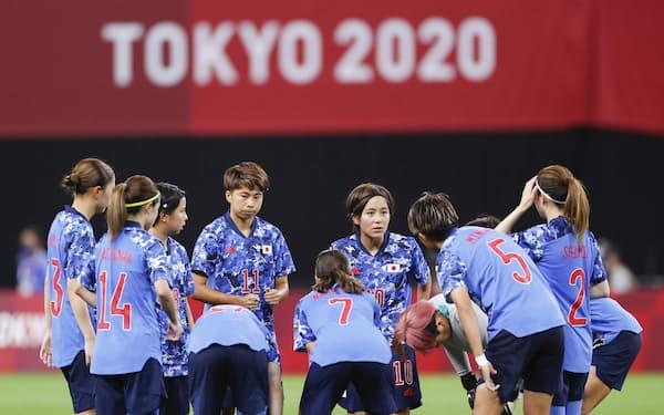 カナダとの1次リーグ初戦、後半開始前に円陣を組む岩渕(10)らサッカー女子日本代表メンバー=共同