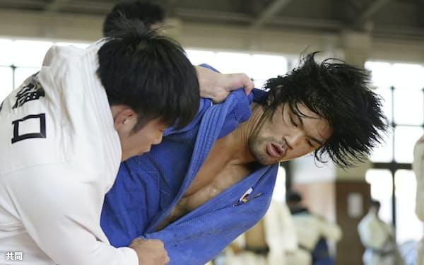 大野将平(右)は金メダルを獲得したリオデジャネイロ五輪以降、「負ける姿」を想像して稽古に打ち込んできた=共同