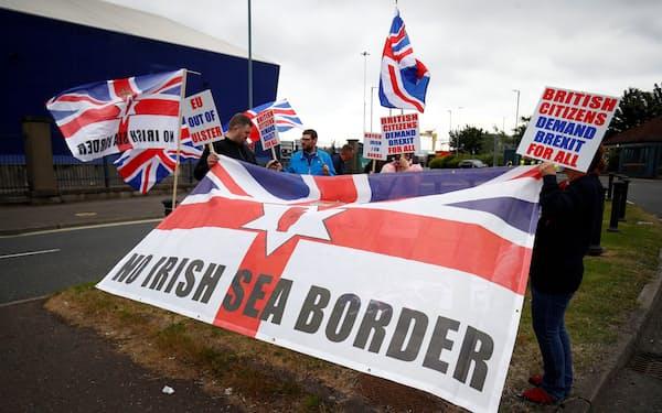 英領北アイルランドで英国の統治強化を願う親英派の住民は「アイルランドとの同化が進む」と警戒し、EU離脱に伴う新通商ルールに反対する(7月、英ベルファスト)=ロイター