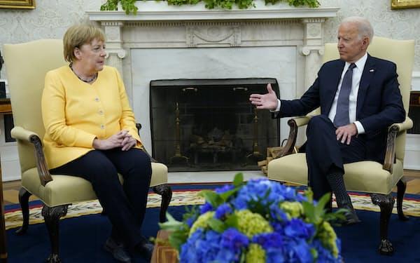 バイデン米大統領(右)は7月中旬にドイツのメルケル首相をホワイトハウスに招いていた=AP