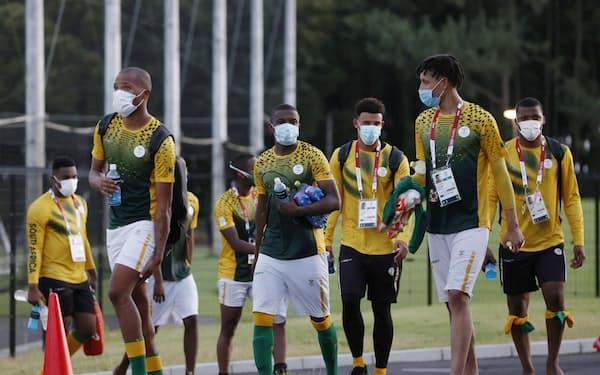 日本戦に向けて調整していたサッカー男子、南アフリカ代表の選手たち=ロイター