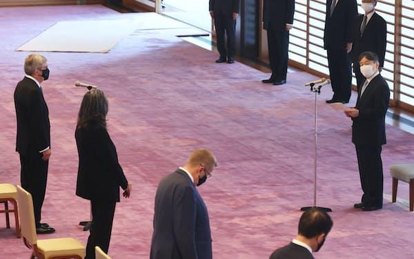 国際オリンピック委員会(IOC)のバッハ会長(左)らIOCの関係者と面会する天皇陛下(22日午後、皇居・宮殿「春秋の間」)=代表撮影