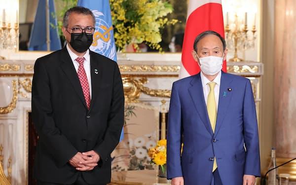 WHOのテドロス事務局長(左)との会談に臨む菅首相(22日、東京都港区の迎賓館)=代表撮影