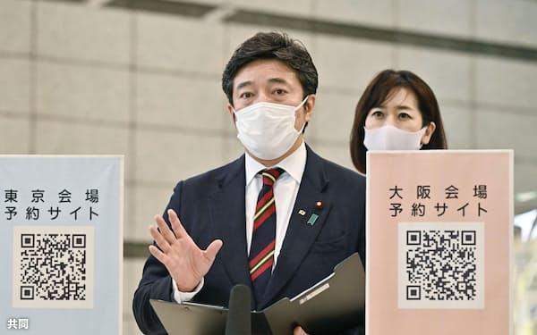 大規模接種センターの大阪会場を視察し、取材に応じる中山泰秀防衛副大臣=共同
