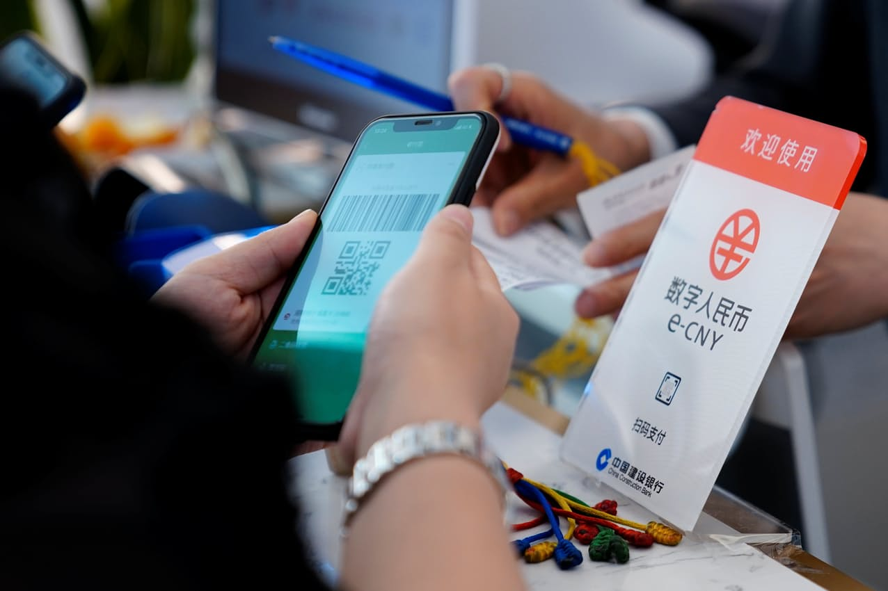 中国では市民も参加するデジタル人民元の実証実験が進む=ロイター
