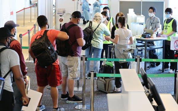 新型コロナウイルスの抗原検査のため、海外から訪れた人たちの唾液を採取する検疫エリア(6月18日、成田空港)