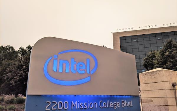 インテルは減収減益が続く一方、業績の改善傾向もみえてきた(米カリフォルニア州サンタクララ市の本社)
