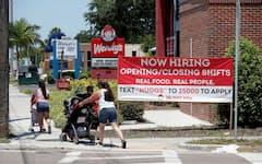 経済再開で米企業の求人意欲は引き続き強い(6月、フロリダ州)=ロイター