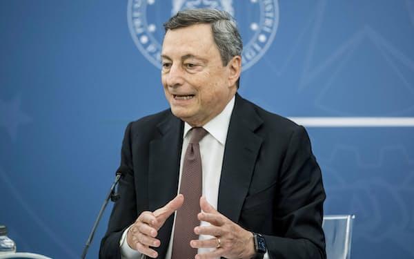 ドラギ首相は記者会見でデルタ型の脅威を強調した(22日、ローマ)=AP