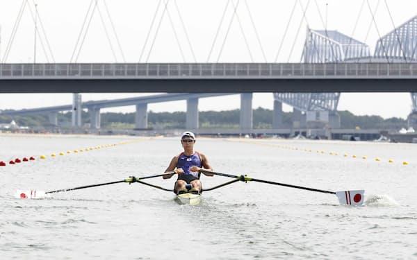 男子シングルスカル予選を通過した荒川龍太(23日、海の森水上競技場)=共同