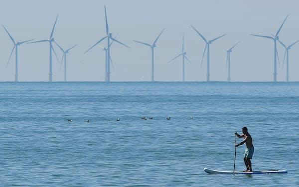 立ち並ぶ洋上風力発電施設(2018年、英南部ブライトン沖)=ロイター