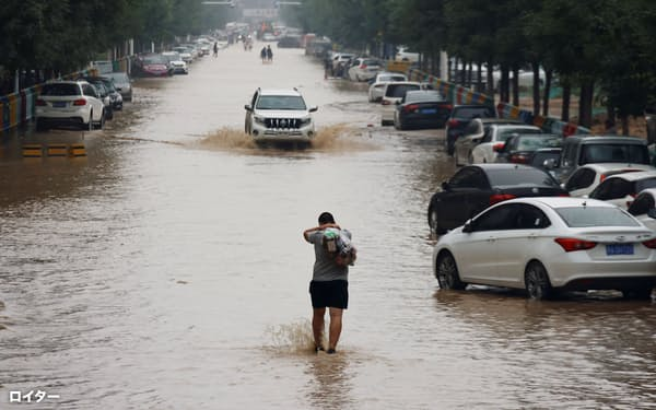 一部の地域ではまだ水が残っている(23日、河南省鄭州市)=ロイター