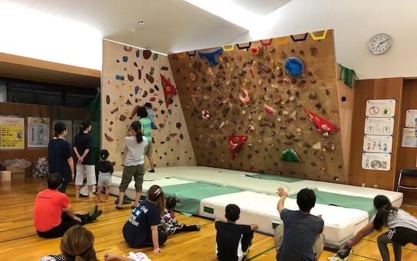 北海道占冠村はスキーリゾート近くのコミュニティセンターにボルダリング設備をつくり、外国人と日本人の交流の場とした