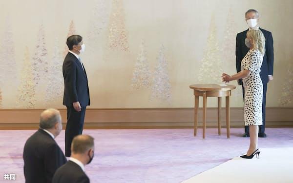 ジル・バイデン米大統領夫人(右手前)を迎える天皇陛下(23日、皇居・宮殿「春秋の間」)=代表撮影