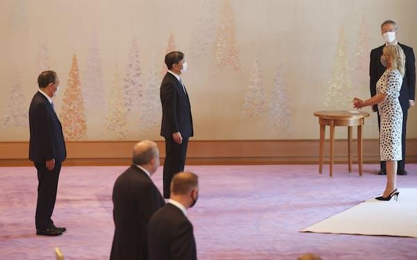 ジル・バイデン米大統領夫人(右)とあいさつする天皇陛下。左端は菅首相(23日午後、皇居・宮殿「春秋の間」)=代表撮影
