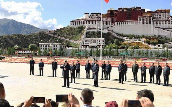 ポタラ宮(奥)を訪れた中国の習近平国家主席(左から4人目)=22日、中国チベット自治区ラサ(新華社の「微博(ウェイボ)」から、共同)
