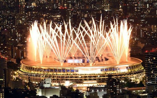 東京五輪の開会式で打ち上がる花火(23日、東京都新宿区の国立競技場)