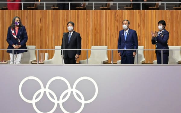 東京五輪の開会式で開会宣言する天皇陛下(中央左)=23日午後、東京都新宿区の国立競技場