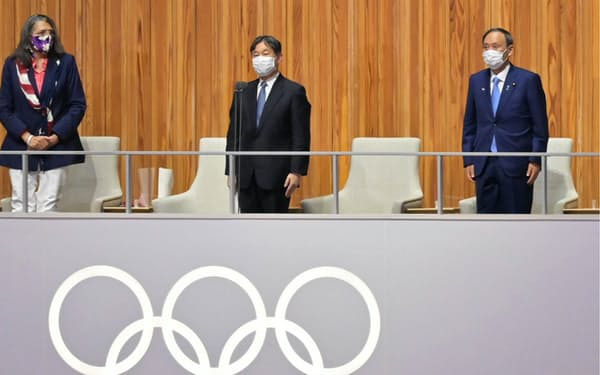 東京五輪の開会式で開会宣言する天皇陛下(中)=23日午後、東京都新宿区の国立競技場