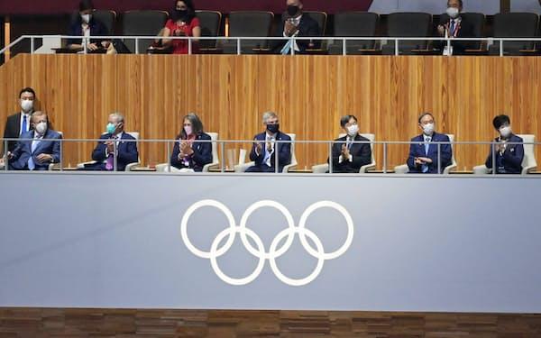 開会式に出席する(右から)小池都知事、菅首相、天皇陛下、IOCのバッハ会長(23日、東京・新宿)