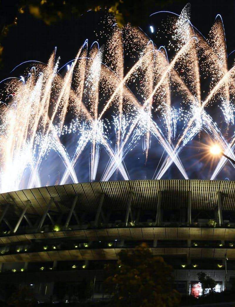 東京五輪の開会式が始まり、国立競技場から打ち上げられた花火(23日、東京都新宿区)