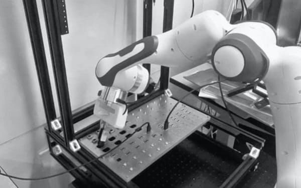 米アルファベットが開発したソフトを使って産業用ロボットを稼働させている様子