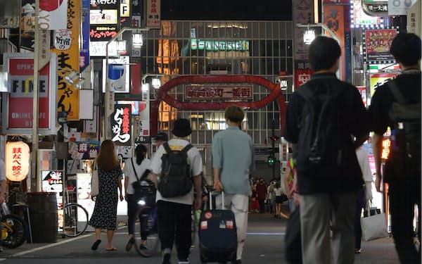 午後8時を過ぎた東京・新宿の歌舞伎町(19日)