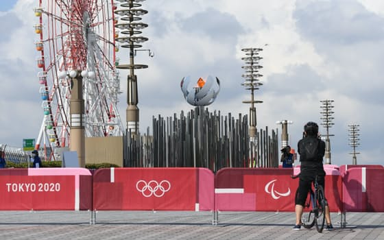 五輪開会式で灯された後、臨海部のお台場エリアと有明エリアに架かる「夢の大橋」へと移された聖火(24日、東京都江東区)=高橋鈴撮影