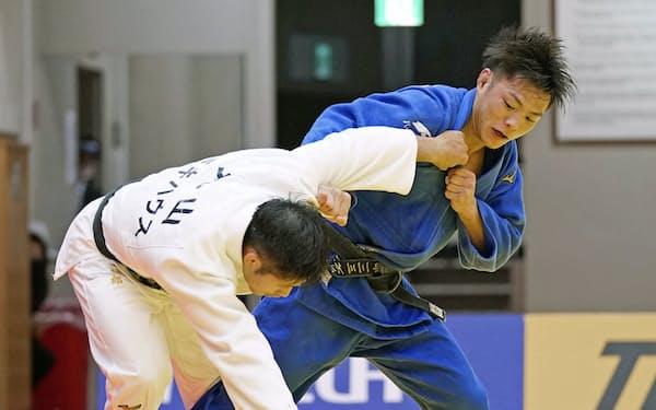 柔道男子66キロ級で金メダルを目指す阿部一二三㊨=共同