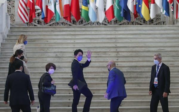 G20会合に出席する小泉環境相(中央)ら(23日、ナポリ)=AP