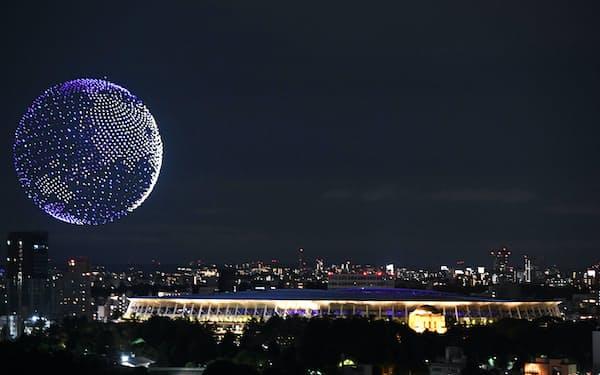 インテルのドローンで国立競技場の上空に描かれた地球(23日)