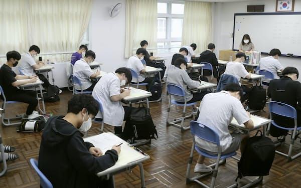 大学修学能力試験の模擬試験を受ける受験生(2020年9月、韓国・釜山) =聯合・共同