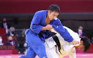 柔道男子60キロ級決勝で台湾の楊㊨を攻める高藤