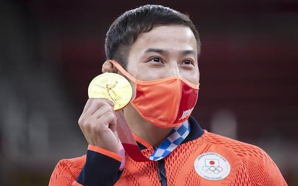 表彰式で金メダルを手にする高藤(24日、日本武道館)