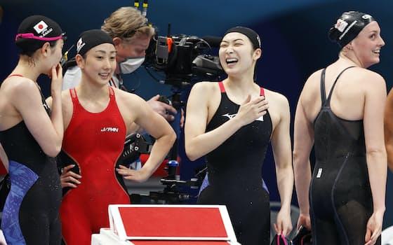 女子400㍍リレー予選に出場し、笑顔を見せる池江(24日、東京都江東区)=山本博文撮影